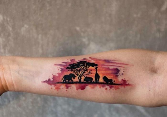 precioso paisaje de la selva tatuado en el antebrazo, animales salvajes, árbol, ideas de tatuajes que inspiran, tattoos en colores