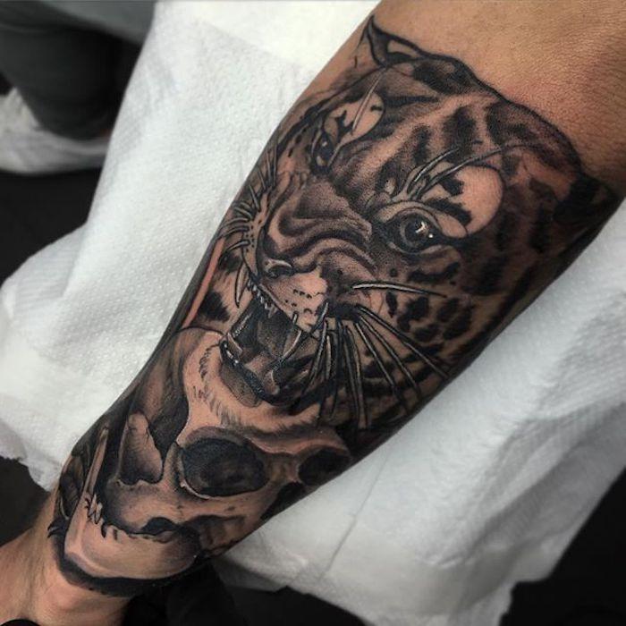 diseños de tatuajes en estilo realista con motivos simbólicos old school, tatuaje en el antebrazo tigre, calavera