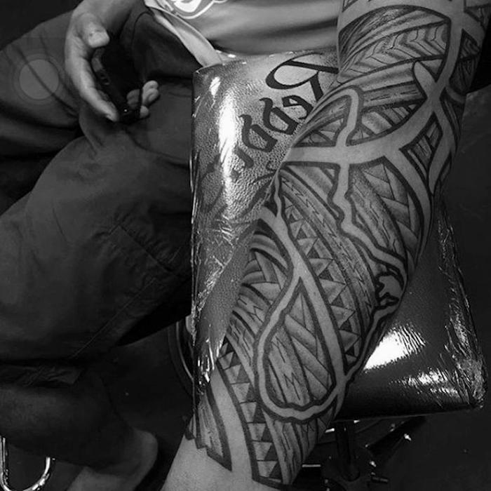 originales diseños de tatuajes en el brazo entero, tatuajes antebrazo hombre, más de 100 ejemplos de tattoos hombre