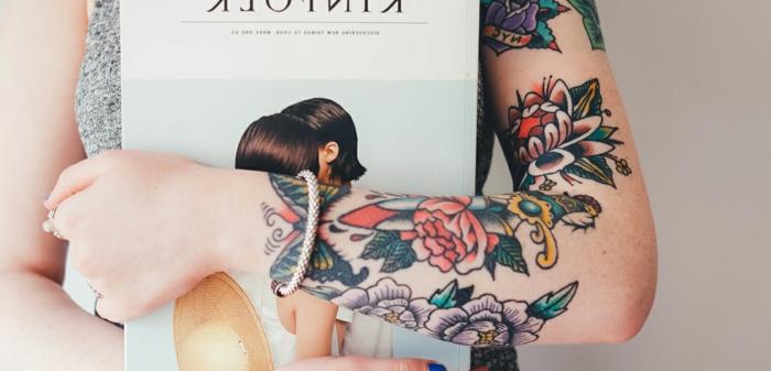 tatuajes bonitos en estilo old school, originales propuestas de tatuajes de época, tatuajes con motivos florales en el brazo