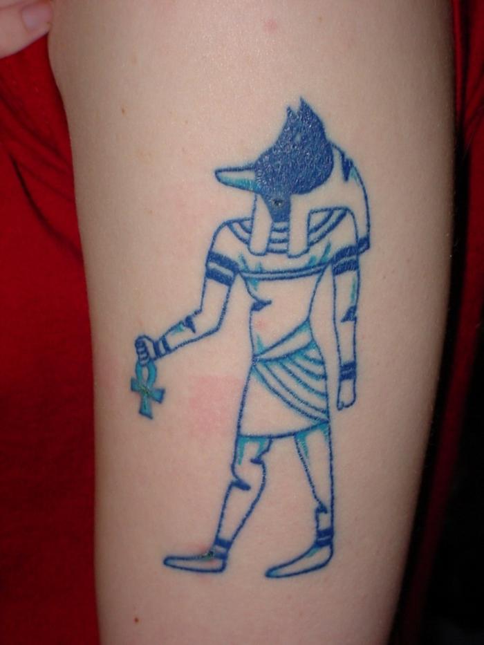 geniales diseños de tatuajes con simbolos egipcios, tatuaje brazo mujer con tinta azul, tattoos inspirados en egipto antiguo
