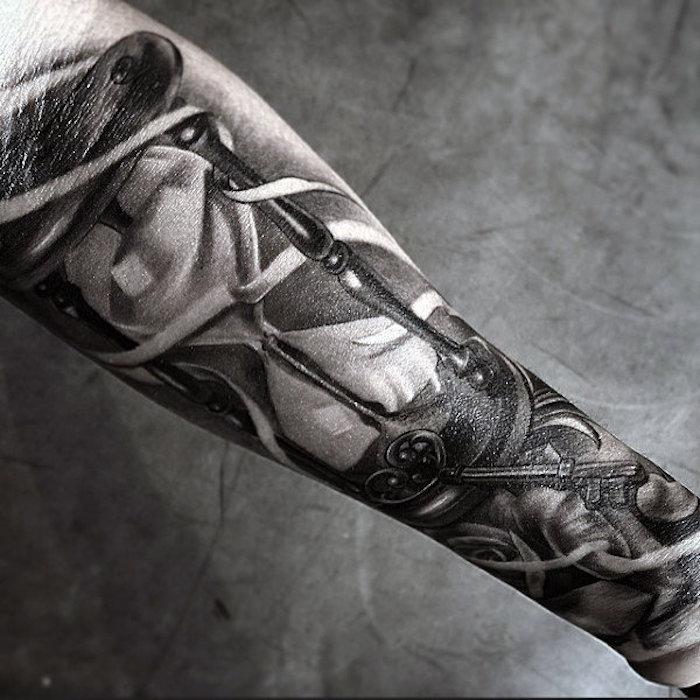 diseños de tatuajes en estilo realista, tatuajes old school hombre, tattoo brazo entero con reloj de arena, brazo entero tatuado