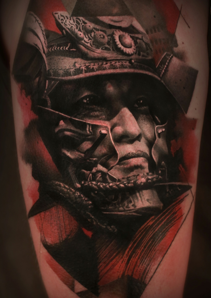 tattoo japones con simbolos de la cultura japonesa, tatuaje samurai en el brazo, diseños de tatuajes hiperrealistas