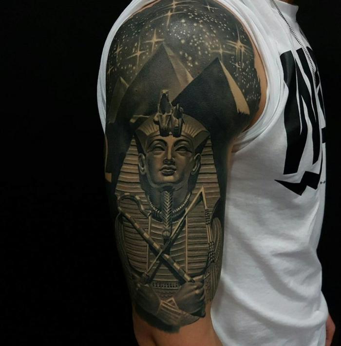 brazo entero tatuado con simbolos egipcios, tatuaje brazo hombre con faraones y pirámides, ojo de horus tatuaje