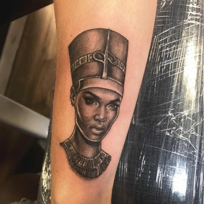 tatuajes con faraones con una fuerte simbologia, cual es el significado de los tattoos egipcios, diseños en el brazo unicos