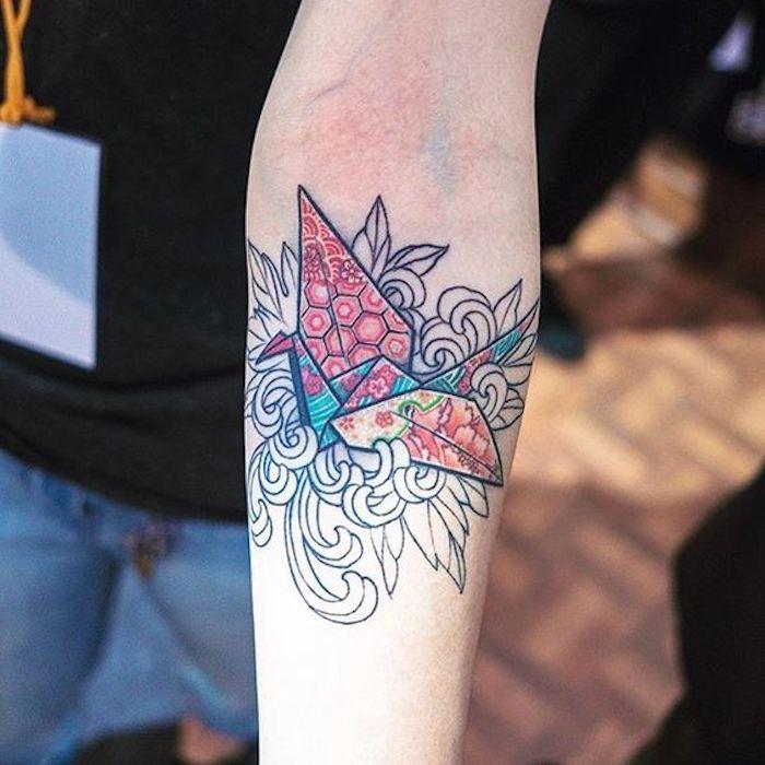 ejemplos de tatuajes geométricos en el antebrazo, tatuajes antebrazo mujer, diseños coloridos de tattoos, tatuajes con motivos florales