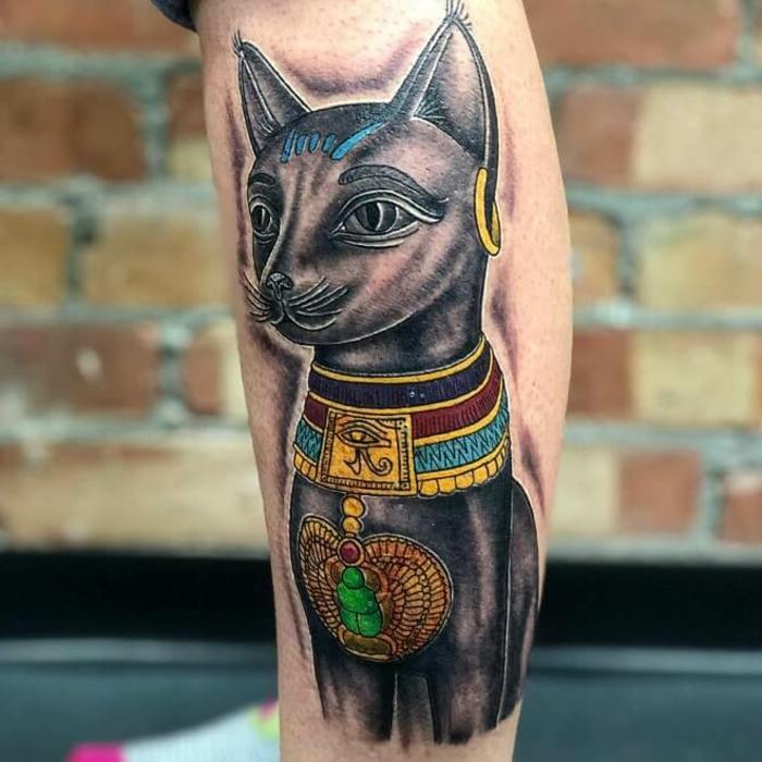ideas de tatuajes de gatos egipcios, tatuajes en la pantorrilla, diseños de tatuajes en colores, tattoos de gatos originales