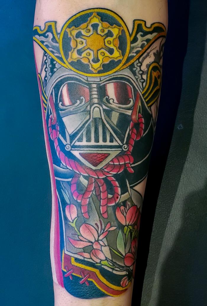 ejemplos de tatuajes antebrazo hombre inspirados en la cultura asiática, diseños de tatuajes atractivos en fotos