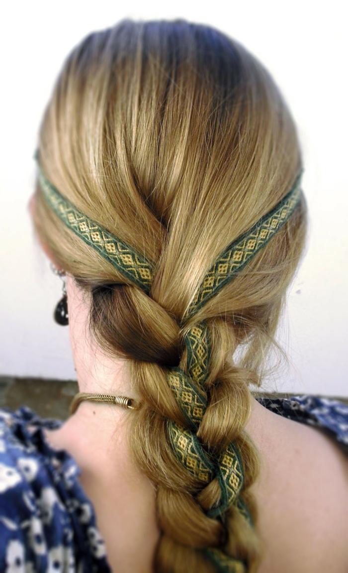 adorable trenza con cinta decorativa en dorado y verde, peinados inspirados en los costumbres de la Edad Media