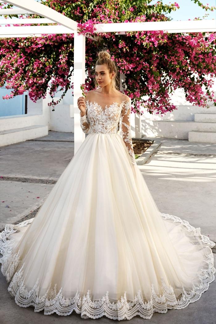 el diseño más bonito de vestido novia tipo princesa, vestido novia princesa original y bonito en color marfil, parte superior de encaje