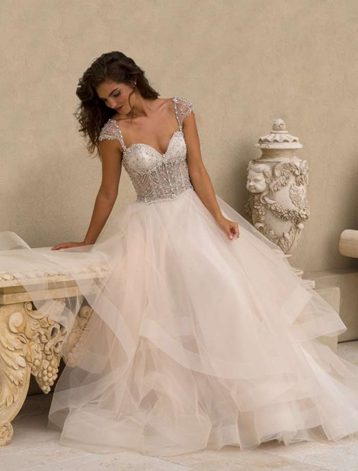 los mejores diseños de vestidos de novia con faldas de tul, vestido novia princesa, diseño con falda de tul color blanco y parte superior color plata