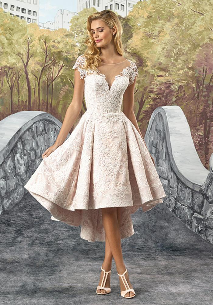 vestido corto color rosado de encaje y satén, los mejores diseños de vestidos novia estilo princesa, falda asimétrica con volantes