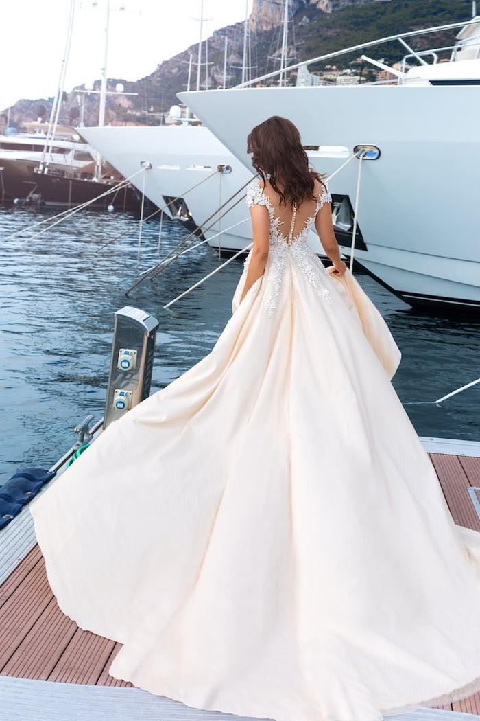 bonito vestido de boda con larga falda en color rosado y parte super de encaje blanco, los diseños de vestidos de novia más bonitos