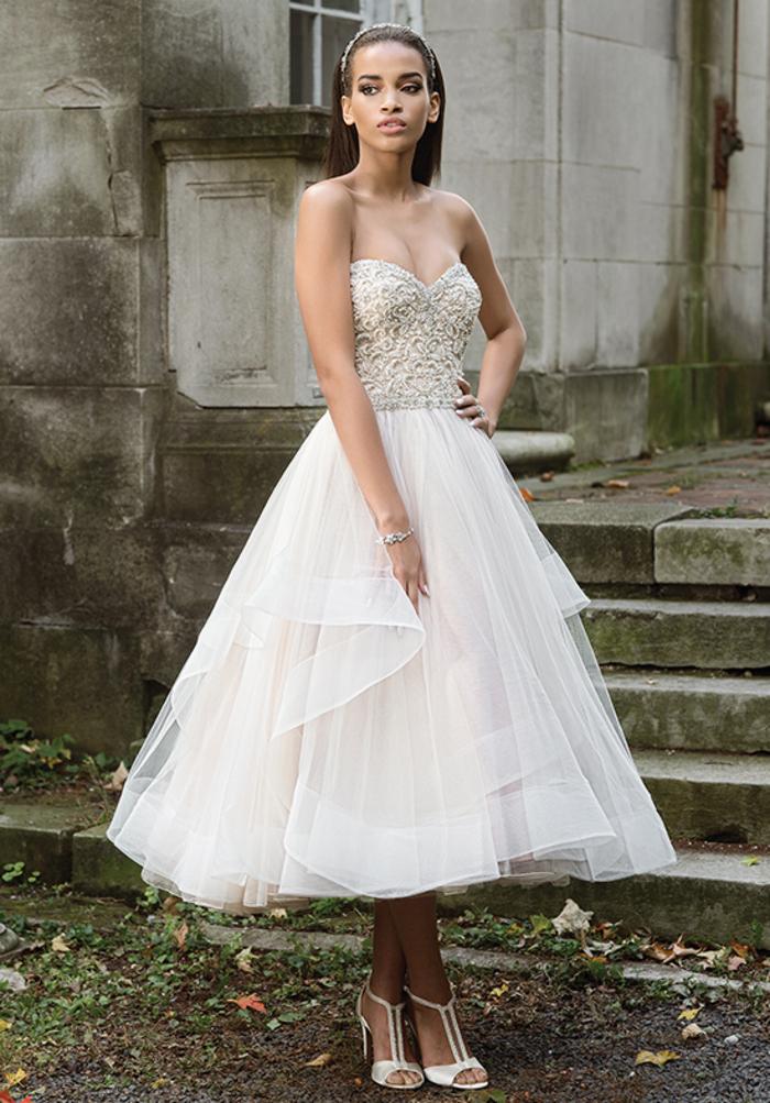 vestidos novia princesa con falda voluminosa de tul hasta la pantorrilla, vestido princesa super bonito, parte superior color marfil sin mangas