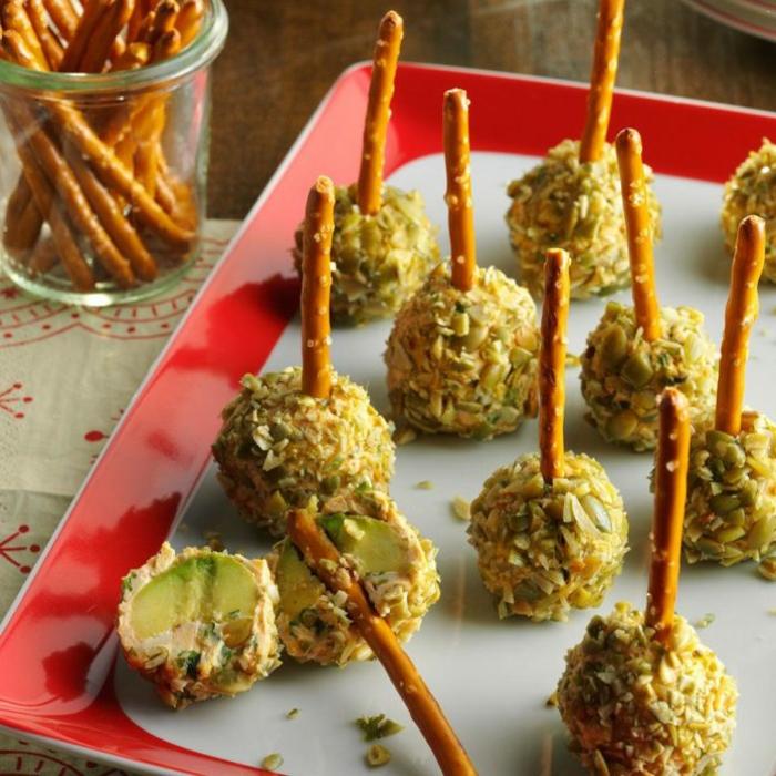 ricas y originales propuestas de aperitivos fríos, bolas de queso con nueces y aguacate, originales ideas de bocados para tus invitados
