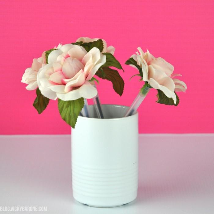 bolígrafos decorados con flores artificiales, regalos para profesoras super bonitos, originales propuestas de regalos DIY