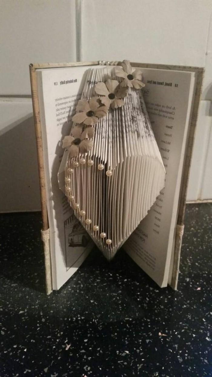 pledago de libros originales ideas, bonito corazón, ideas de regalos originales para bodas, regalos hechos a mano
