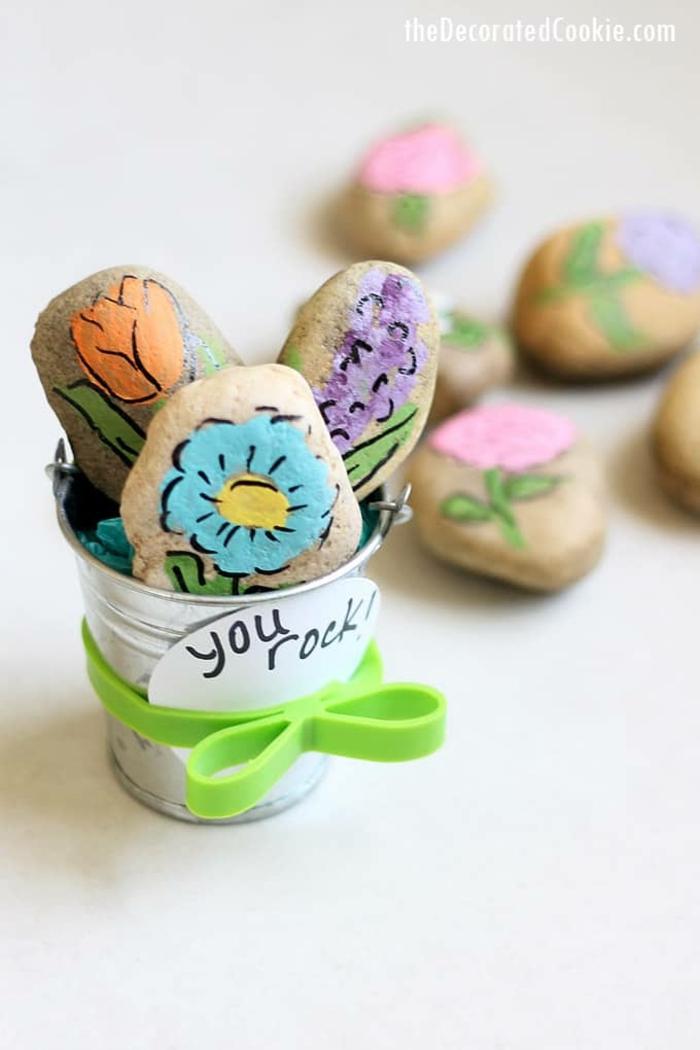 bonitas ideas de regalos hechos a mano, regalos para profesoras preciosas, piedras pintadas con flores coloridas