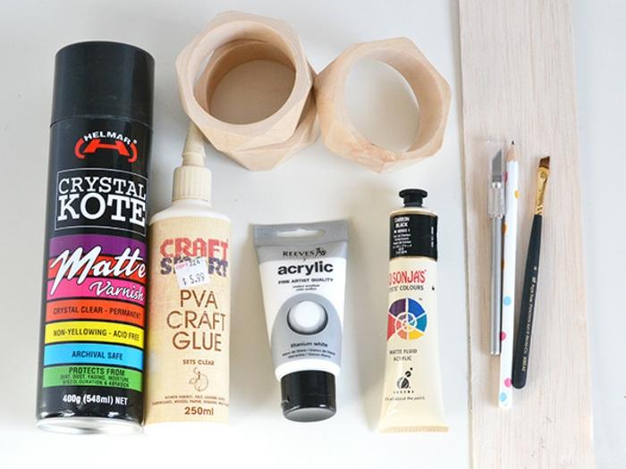 materiales necesarios para hacer un lapicero DIY de madera, printura acrílica, pegamiento, pinceles, lápices, ideas de manualidades