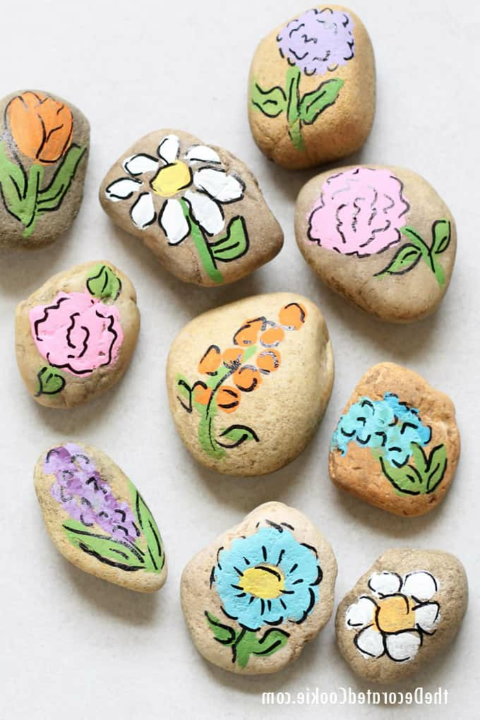 piedras pintadas originales y coloridas para regalar, ideas bonitas de regalos para profesoras, pequeños regalos hechos a mano