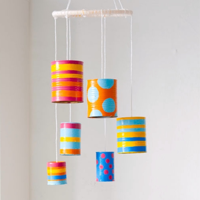 decoracion con latas pintadas en colores llamativos, fotos de manualidades faciles para niños originales, manualidades con reciclaje