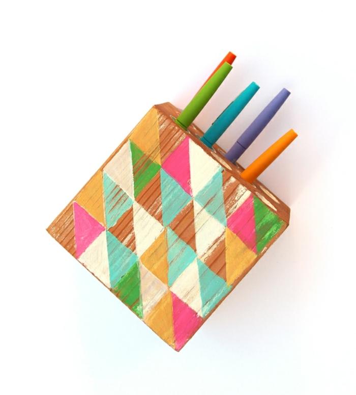 ideas de decoración con madera, manualidades para decorar originales, detalles decorativos hechos de madera en colores vibrantes