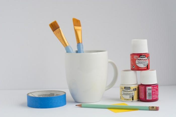 materiales necesarios para hacer tazas decoradas con pintura acrílica, manualidades para niños faciles y rapidos en fotos