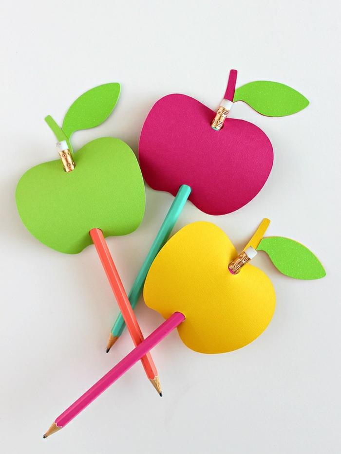 lápices decorados con manzanas coloridas de papel, manualidades de papel originales, regalos para profesoras DIY