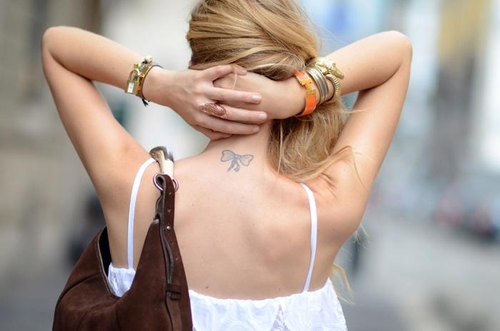 los mejores diseños de tatuajes en la nuca para mujeres, pequeño moño en la espalda, tatuajes discretos y originales
