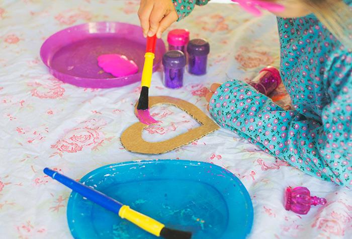 manualidades para niños de primaria con papel, manualidades faciles para niños, manualidades con reciclaje, corazón hecho de cartón pintado en colores, manualidades divertidas