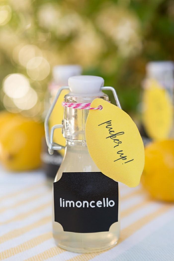 pequeña botella con limoncello para regalar a los invitados de tu boda, regalos para invitados de boda originales y personalizados