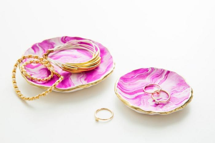 pequeños detalles hechos de arcilla color blanco y rosado, bonitos regalos hechos a mano en imagines, ideas DIY para regalar