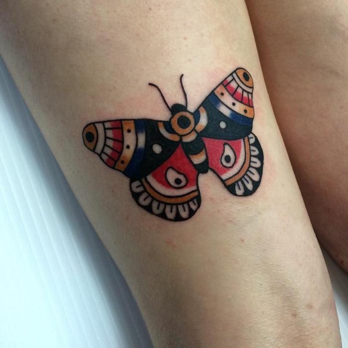 diseños de tatuajes de animales en estilo old school, tatuajes de mariposas en colores, tatuaje vintage en la cadera