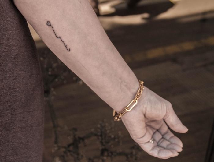 detalles bonitos tatuados en el antebrazo, pequeño corazon tatuado en el antebrazo, diseños de tatuajes originales