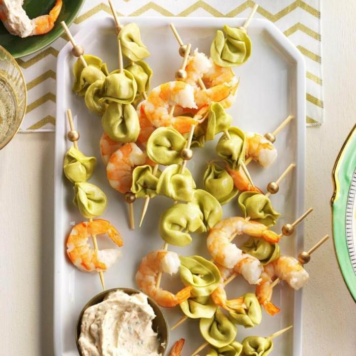 aperitivos frios caseros, propuestas de pinchos ricos y fáciles de hacer en fotos, pinchos con mariscos y salsa casera