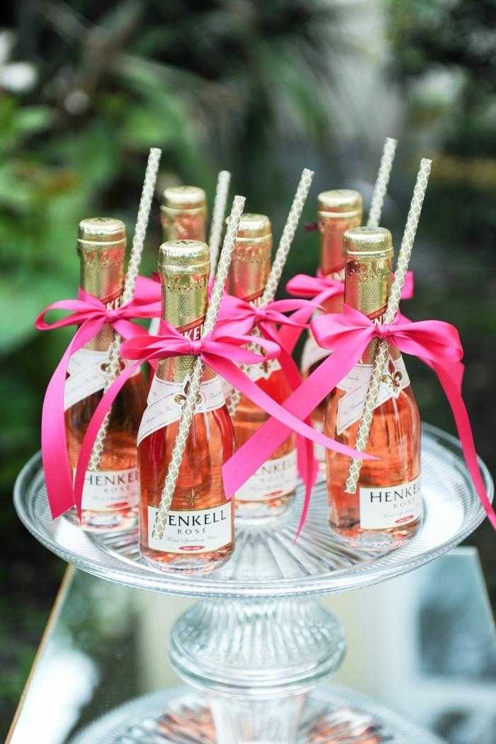 regalos para invitados de boda especiales, mini botellas de vino rosado decoradas de manera especial, detalles regalos boda