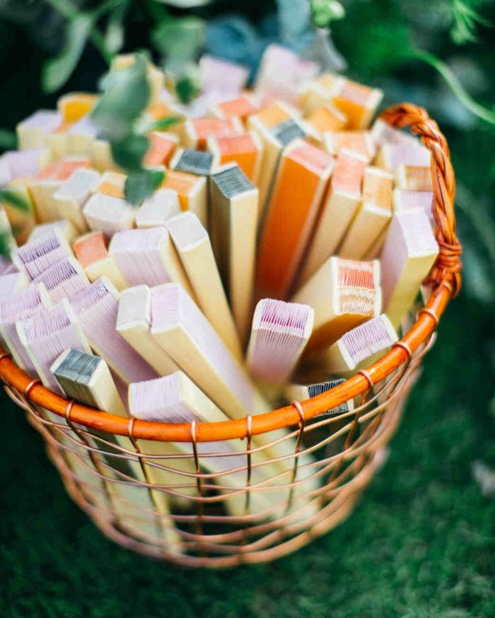 ideas de regalos para una boda de verano, regalos para invitados de boda originales, abanicos en colores vibrantes