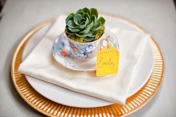 pequeños detalles para sorprender a los convidados a tu boda, mini tazas con plantas suculentas, originales ideas de regalos
