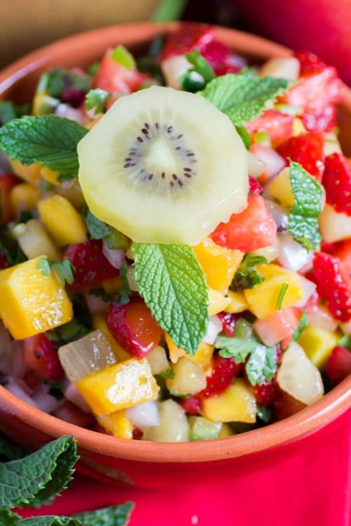 recetas de ensaladas de fruta saludables y refrescantes, ensalada de fruta con hojas de hierbabuena, aperitivos fríos ricos