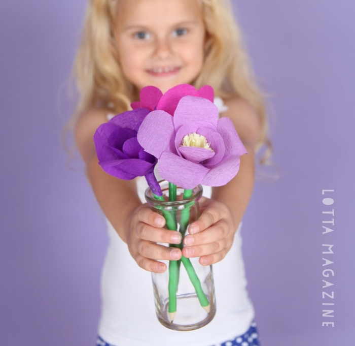 jarron de vidrio con flores de papel crepe en color lila y rosado, las mejores propuestas de regalos para profesoras