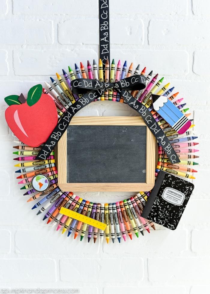 bonitas ideas de dedicatorias para profesoras y regalos originales, regalos profesoras infantil unicos, corona de lápices de colores