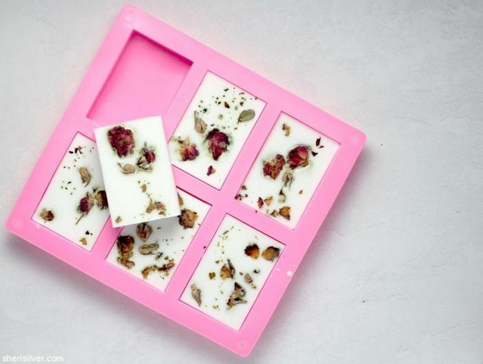 como hacer jabones caseros con aroma a rosa, regalos profesoras infantil hechos a mano, jabones aromáticos DIY