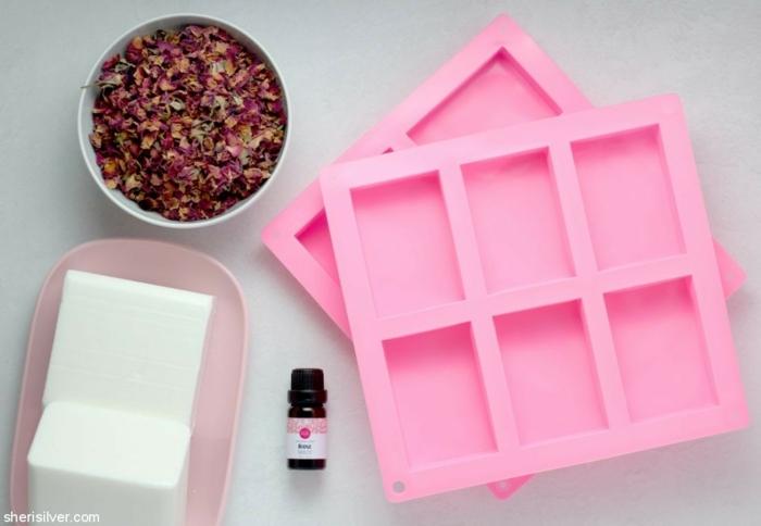 materiales necesarios para hacer jabones DIY con rosas secas, regalos profesoras infantil, propuestas de regalos hechos a mano