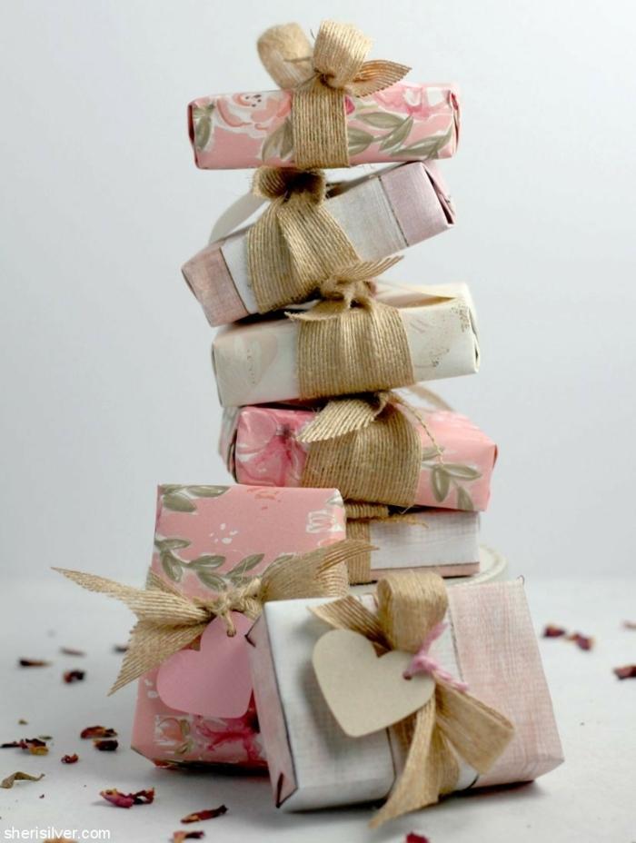 ideas de regalos profesoras infantil hechos a mano, jabones caseros envueltos en papel decorativo con corazones de cartulina