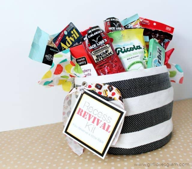 regalos originales para profesores fin de curso, cestas y bolsas llenos de pequeños regalos, regalar dulces a tu profesora