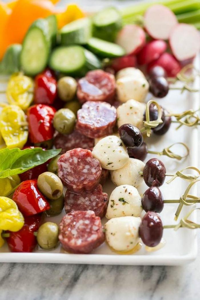 pinchos fáciles y super ricos para el verano, pinchos de aceitunas verdes, negras, bolas de mozzarella y pepinos, originales ideas de picoteo