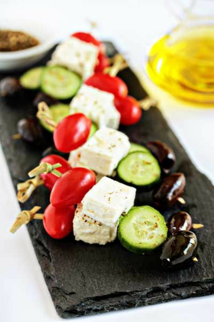 qué comer hoy, ideas de tapas fáciles y entrantes para el verano, aperitivos faciles y elegantes, pincho de tomates, cherry, queso blanco, pepinos y aceitunas negras