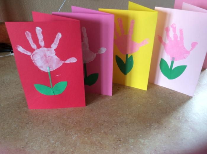 tarjetas DIY fáciles de hacer con huellas de manos de niños, ideas originales de manualidades para niños de 3 a 5 años, tarjetas con flores