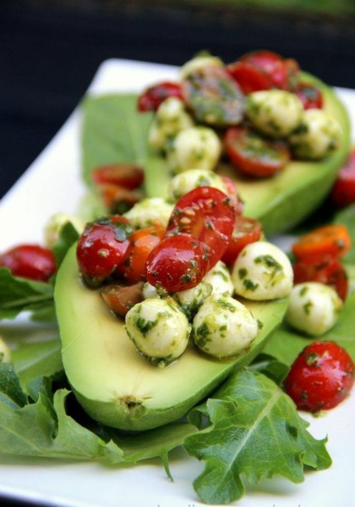 recetas con aguacate saludables, aperitivos faciles y elegantes, barcos de aguacates con bolas de queso mozzarella y tomates uva