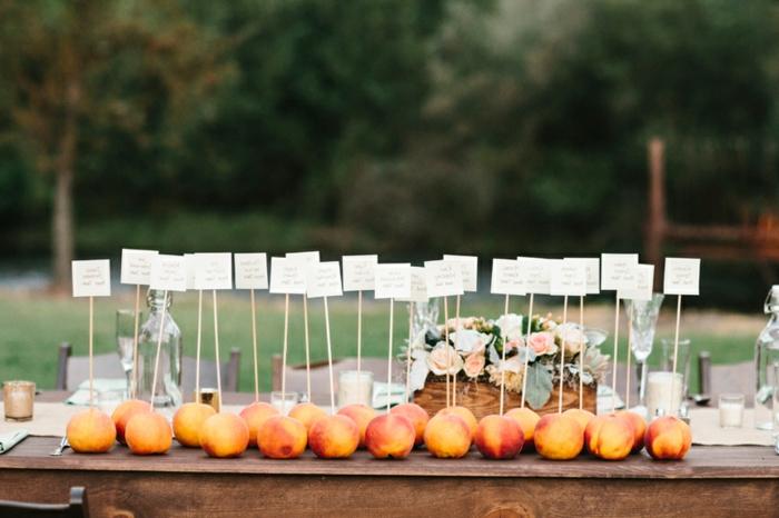 super originales ideas de detalles de boda para mujeres, ideas para regalar a tus convidados, frutas con tarjetas especiales